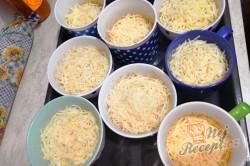 Příprava receptu Sýr se šunkou a vajíčkem bez smažení, krok 7