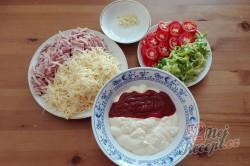Příprava receptu Pikantní těstoviny se salámem z jednoho pekáčku, krok 1