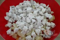 Příprava receptu Zeleninový salát s kuřecím masem a ananasem, krok 5