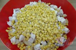 Příprava receptu Zeleninový salát s kuřecím masem a ananasem, krok 6