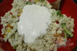 Příprava receptu Lehký těstovinový salát s jogurtovým dresinkem, krok 5