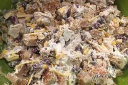 Příprava receptu Lehký salát s kuřecím masem, fazolemi a sýrem, krok 8