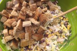 Příprava receptu Lehký salát s kuřecím masem, fazolemi a sýrem, krok 7