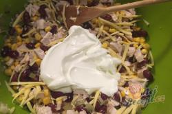 Příprava receptu Lehký salát s kuřecím masem, fazolemi a sýrem, krok 6