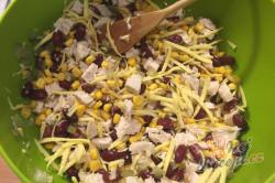 Příprava receptu Lehký salát s kuřecím masem, fazolemi a sýrem, krok 5