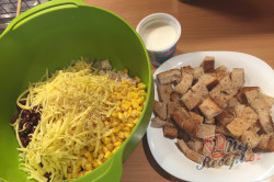 Příprava receptu Lehký salát s kuřecím masem, fazolemi a sýrem, krok 4
