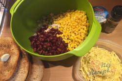 Příprava receptu Lehký salát s kuřecím masem, fazolemi a sýrem, krok 3