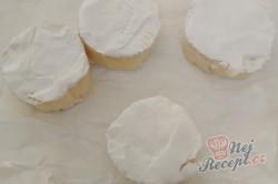 Příprava receptu Plněný hermelín zabalený v listovém těstě, krok 2