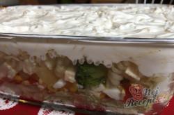 Příprava receptu Vrstvený těstovinový salát se zakysanou smetanou, krok 13