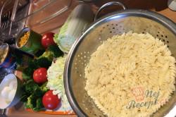Příprava receptu Vrstvený těstovinový salát se zakysanou smetanou, krok 3