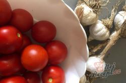 Příprava receptu Česnekovo rajčatová směs za studena, kterou netřeba ani zavařovat a nezkazí se., krok 1