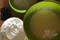 Příprava receptu Fantastický hrnkový borůvkový koláč s drobenkou, krok 3