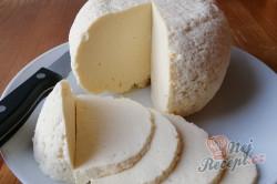 Příprava receptu Domácí sýr, který zvládne i začátečník. Z 2 l mléka vyrobíte 1 kg sýra., krok 2