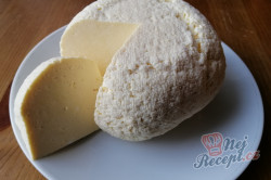 Příprava receptu Domácí sýr, který zvládne i začátečník. Z 2 l mléka vyrobíte 1 kg sýra., krok 1