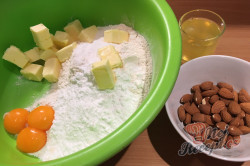 Křehké mandlové kuličky s marmeládou - vánoční recept, který je u nás tradicí již 50 let., krok 2