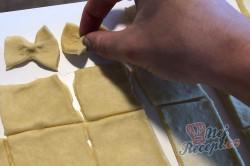 Příprava receptu Silvestrovské motýlky ze zakysané smetany, krok 5