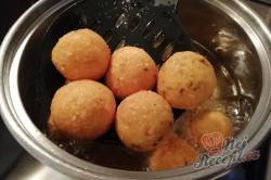 Příprava receptu Sýrové kuličky jako příloha, která nahradí i obyčejné hranolky, krok 6