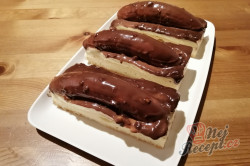 Příprava receptu Úžasné hrnkové řezy Banana Split, krok 17