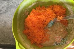Příprava receptu Hrnkový špaldový koláček s mrkví a jogurtovou polevou, krok 4
