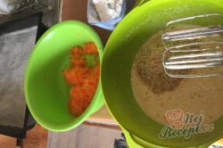 Příprava receptu Hrnkový špaldový koláček s mrkví a jogurtovou polevou, krok 3