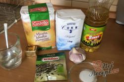 Příprava receptu Česnekový osúch, který připravíte za 20 minut a máte doma chutné domácí pečivo, krok 1