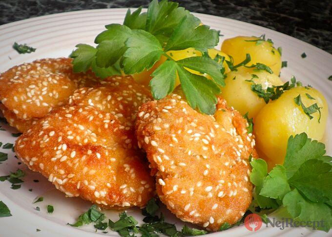 Recept Kuřecí řízečky v trojobalu se sezamovým semínkem a nové brambory