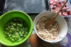 Příprava receptu Šťavnatý rebarborový jahodový koláček s tvarohem, krok 4