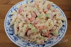 Příprava receptu Bombastický těstovinový salát se zakysanou smetanou, krok 6
