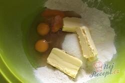 Příprava receptu Fantastický švestkový koláč z celozrnné mouky se strouhanou čokoládou, krok 2