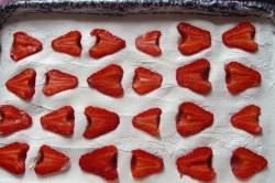 Příprava receptu Makové kostky s tvarohovým krémem a jahodami, krok 4