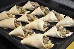 Príprava receptu Papučky z lístkového cesta plnené hubami, krok 4
