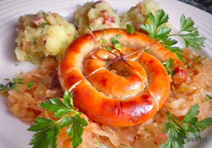 Recept Vinná klobáska pečená na kysaném zelí se šťouchaným bramborem