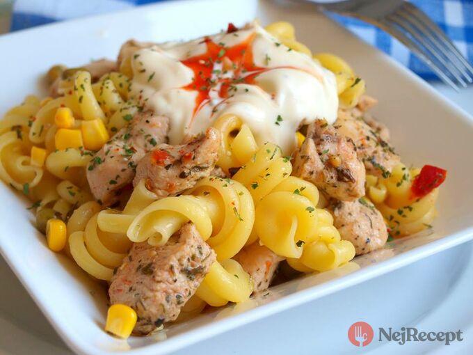 Recept Těstovinový salát s kuřecím masem a pikantním dipem