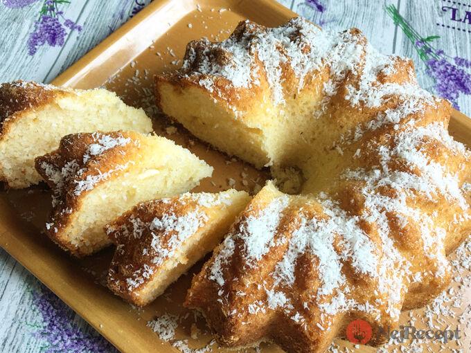 Recept Velmi chutná a šťavnatá kokosová raffaello bábovka z hrnečku