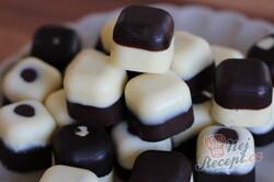 Příprava receptu Dvoubarevné čokoládové pralinky plněné višní z griotky, krok 2