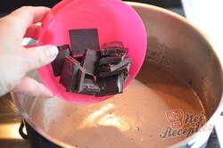 Příprava receptu Máte mléko a čokoládu? Připravte lahodný čokoládový dezert bez mouky a pečení, krok 5