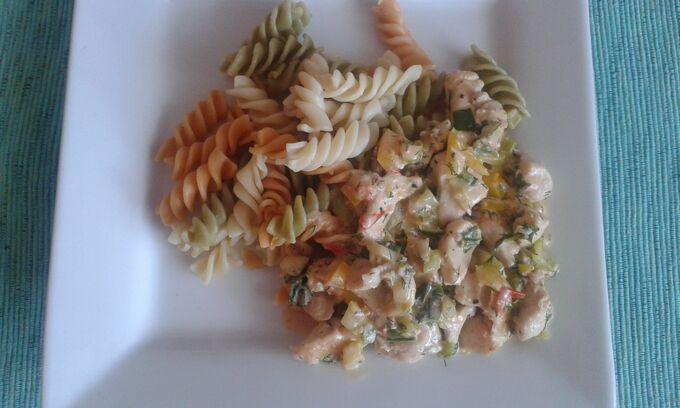 Recept Kuřecí nudličky na zeleninové smetanové omáčce s těstovinami