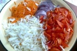 Příprava receptu Zelný salát s paprikou, cibulí a mrkví, krok 1