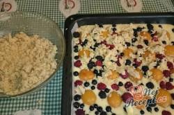 Příprava receptu Ovocný koláč s drobenkou, krok 7