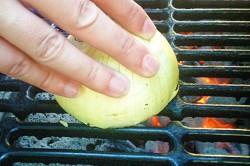 Příprava receptu Skvělý trik s cibulí, aby se vám jídlo při grilování nepřilepilo, krok 1
