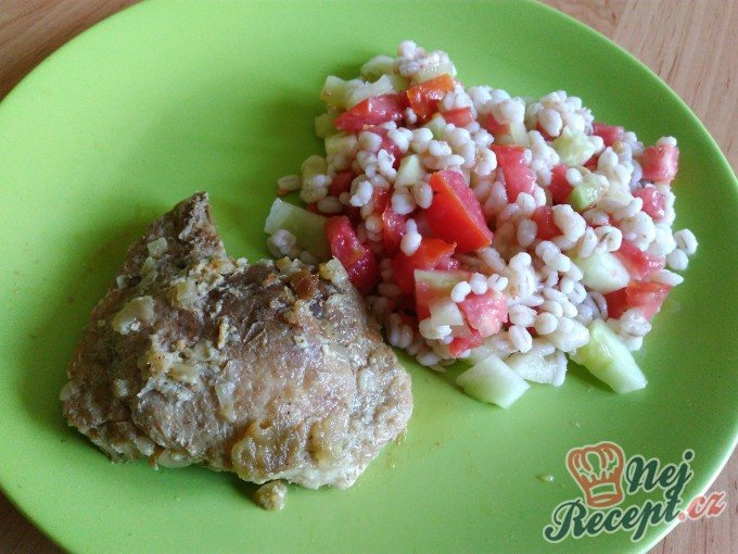 Recept Vepřový plátek na cibulce s kroupovým salátkem