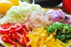 Příprava receptu Svěží salát Duha s kuřecím masem, krok 1
