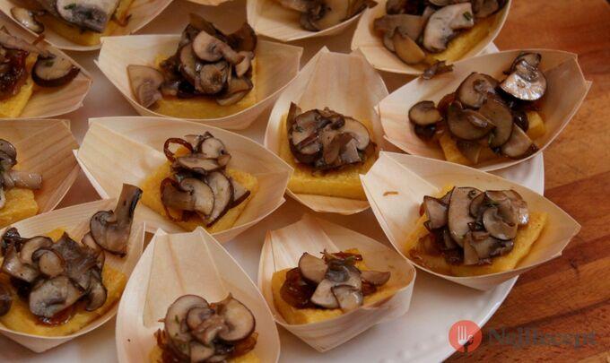 Recept Opečené polentové čtverečky s karamelizovanou cibulí a houbami na víně