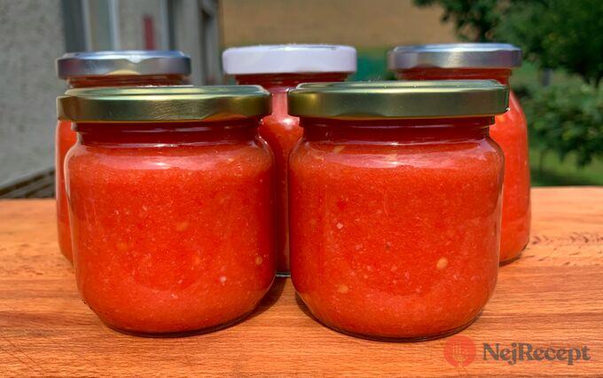 Recept Česnekovo rajčatová směs za studena, kterou netřeba ani zavařovat a nezkazí se.