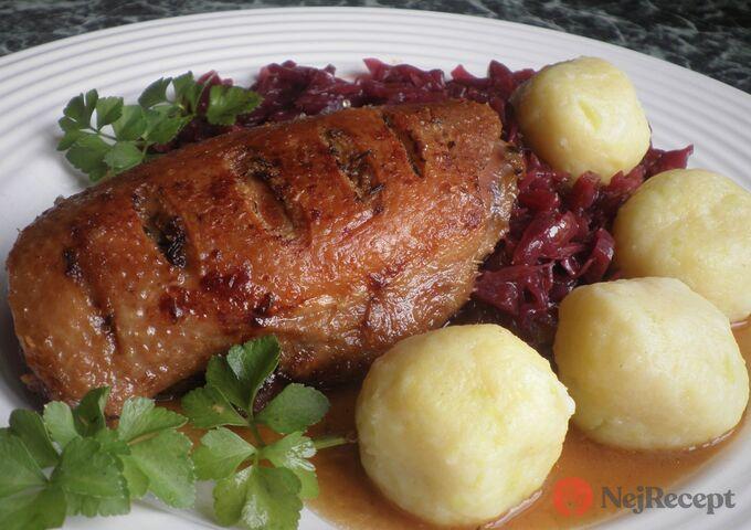 Recept Konfitovaná kachní prsa s červeným zelím a bramborovo-cuketovými knedlíčky