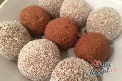 Příprava receptu Dvoubarevné FITNESS kuličky z tvarohu a kokosu bez cukru, mouky a vajíčka, krok 8