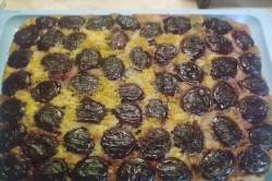 Příprava receptu Obrácený švestkový koláček se zakysanou smetanou, krok 6