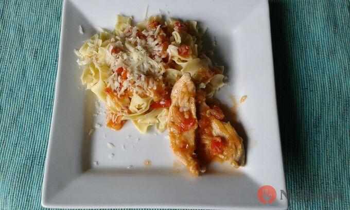 Recept Kuřecí filetky s rajčatovo-cuketovou omáčkou s nudlemi