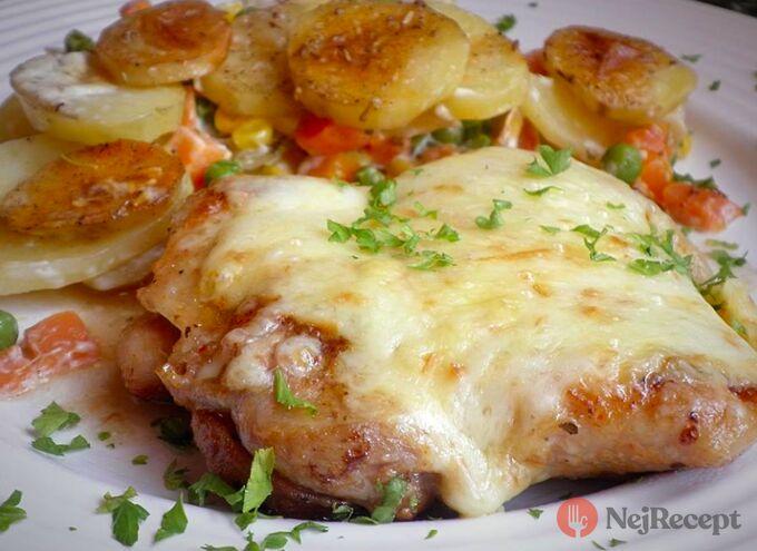 Recept Kuřecí plátek zapečený s uzeným sýrem a smetanové brambůrky se zeleninou