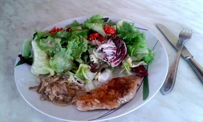 Recept Kuřecí steak, salát, cibulka a žampiony